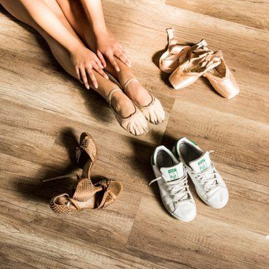 foto con particolare piedi di una ballerina con scarpe da ballo