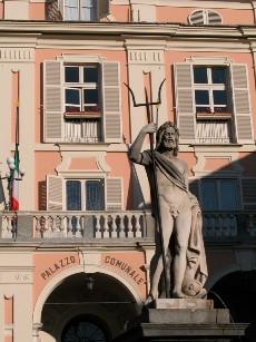 Foto Saturnio con Palazzo Comunale sullo sfondo