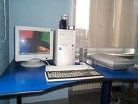 fotografia che ritrae una postazione dotata di scanner e sintesi vocale