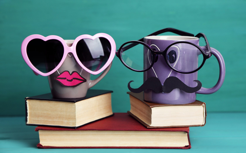 foto libri con tazze e occhiali